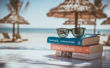 Libri da leggere in vacanza: i classici perfetti per chi va al mare